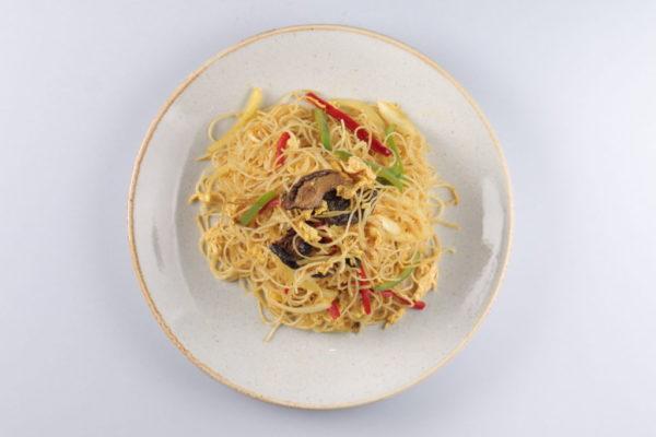 рисовая лапша по-сингапурски из ресторана