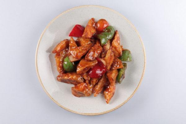 баклажаны жареные с болгарским перцем и луком в специальном соусе из ресторана
