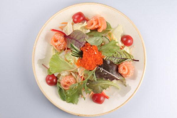 салат с лососем из ресторана